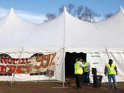 Empleados desmantelan una acampada en Washington.