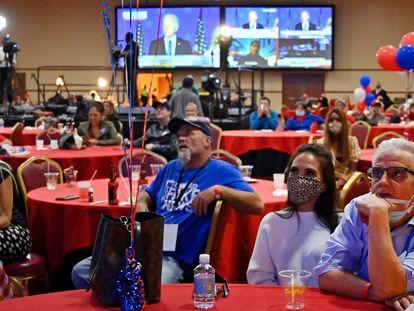 Algunas personas siguen desde un bar los resultados de las elecciones en EE UU, en El Paso (Texas).  En vídeo, Trump señala fraude en las elecciones.