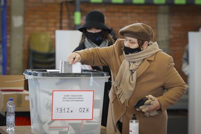 Una albanokosovar deposita su voto en un centro de votación de Prístina, este domingo.