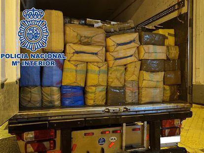Parte de las 26 toneladas de hachís que la Policía Nacional ha intervenido en un polígono de Atarfe (Granada).