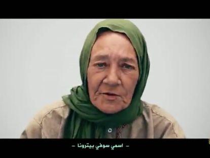 Captura de un vídeo, difundido por los yihadistas como prueba de vida, que muestra a la ciudadana franco-suiza Sophie Pétronin durante su cautiverio.