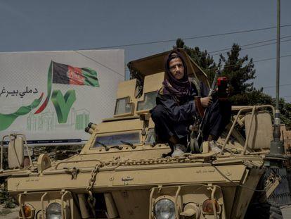 Un miliciano talibán vigila sentado sobre un tanque capturado a las tropas afganas en una de las bases abandonadas por el Ejécito.