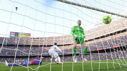 El portero del Barcelona Ter Stegen observa cómo el balón, chutado por Lucas Vázquez, entra en la portería.