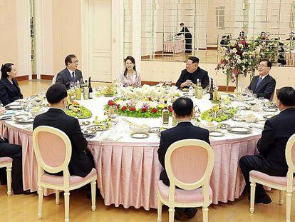 Kim Jong-Un se ríe durante la cena con la delegación surcoreana.