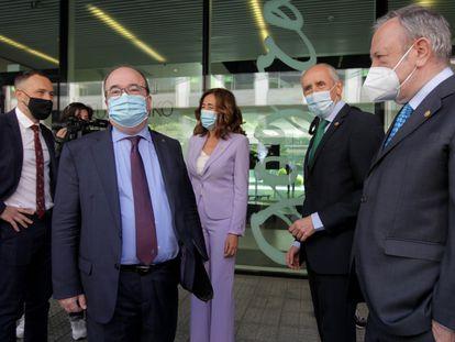 El ministro Miquel Iceta y el consejero Josu Erkoreka, ambos en el centro, asisten en Bilbao al acto de la firma del traspaso de las cárceles vascas.