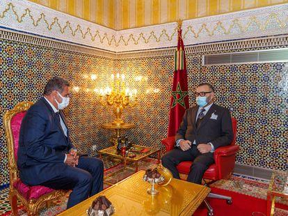 El rey Mohamed VI (derecha) recibe en su palacio de Fez el 10 de septiembre a Aziz Ajanuch, ganador de las elecciones legislativas celebradas dos días antes.