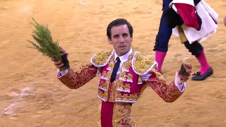 Juan Ortega pasea las dos orejas del sexto toro de la tarde.