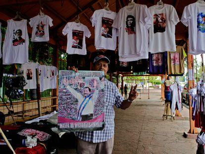 Un hombre muestra una fotografía de Daniel Ortega en una tienda con propaganda del Frente Sandinista, el pasado 7 de octubre, en Managua.