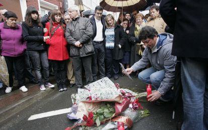 Familiares de Carrasco, durante en el primer aniversario del atentado en Mondragón.