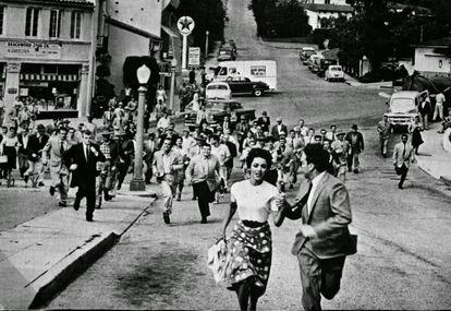 Esta es una escena de 'La invasión de los ladrones de cuerpos' en su versión de 1956, una película sobre unos seres que hacen siempre lo mismo, caminando juntos hacia ninguna parte.