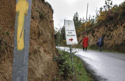 Ruta nueva con los carteles y la flecha amarilla pintada por vecinos