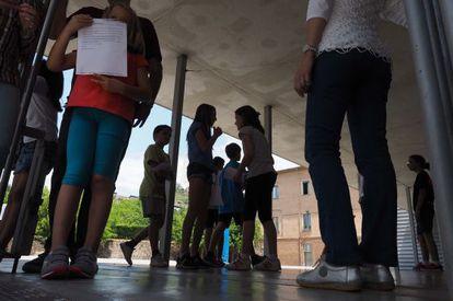 Niños en la puerta de la escuela Cor de Maria de Olot.