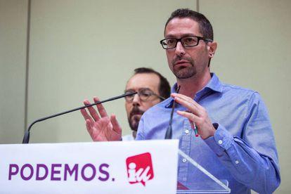 Los secretarios de Organización de Podemos e IU, Pablo Echenique (izquierda) e Ismael González.