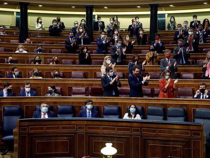 El PP ovaciona a su líder, Pablo Casado, tras anunciar el voto en contra de su partido a la moción de Vox.