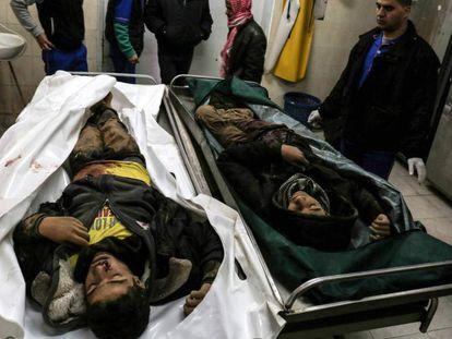 Familiares de los dos adolescentes muertos en Gaza, ante sus restos en la morgue de un hospital en Rafah.