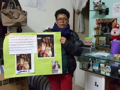La abuela de la niña exhibe la pancarta que utilizó para buscar a su nieta y su ex nuera