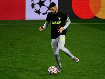 Yannick Carrasco, durante el último entrenamiento del Atlético de Madrid, en el estadio Metropolitano, previo al partido contra el Bayern de Múnich. / P.-P. Marcou  (AFP)