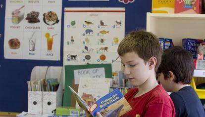 Un alumno en clase de inglés en una escuela de Barcelona.