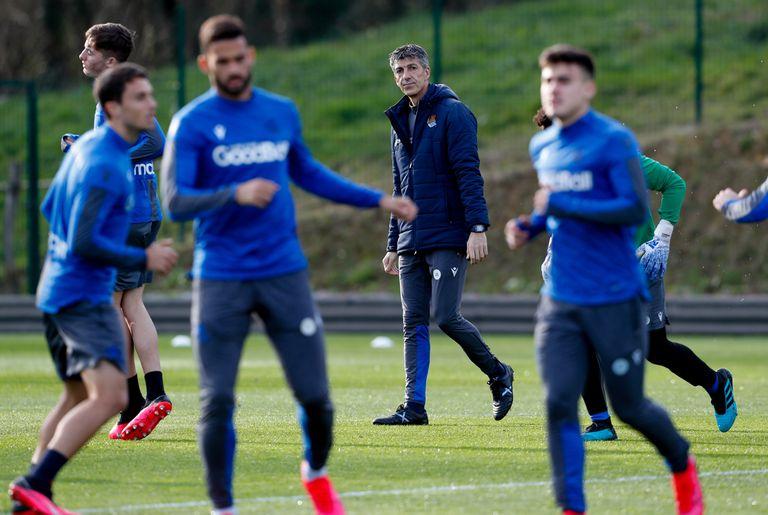 El entrenador de la Real Sociedad, Imanol Alguacil (c), hace un mes dirigiendo un entrenamiento