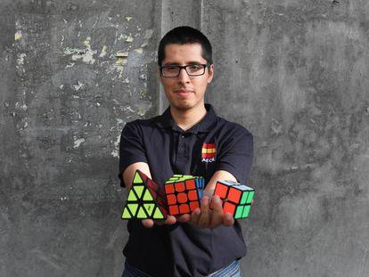 Alex Ollante, campeón de España en el manejo del cubo de Rubik, que domina hasta con sus pies, fotografiado en el barrio de Lavapiés.