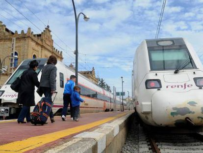 Pasajeros de la línea de Huelva a Zafra en la estación onubense.
