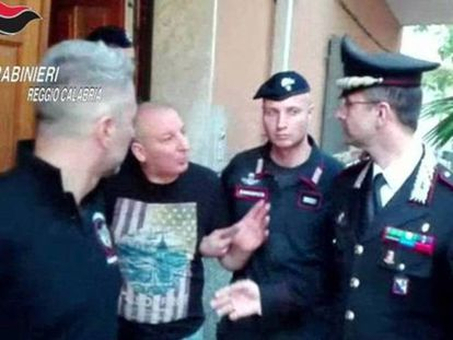 Giuseppe Giorgi sale de la vivienda donde se ocultaba rodeado de policías.