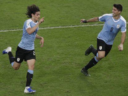 Cavani y Suárez celebran el gol de Uruguay ante Chile.