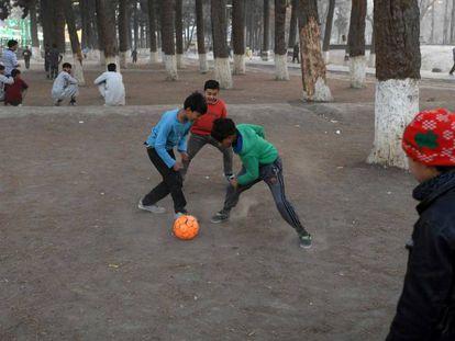 Un grupo de chicos juega al fútbol en un parque de Kabul, el pasado viernes.
