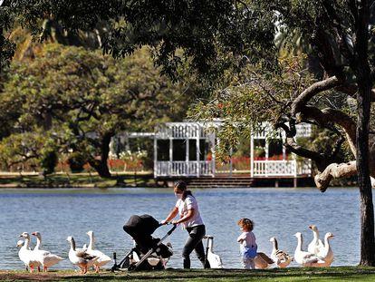 Una mujer camina con sus dos hijos por un parque de Buenos Aires el sábado 16 de mayo, en el inicio de la autorización del Gobierno de la ciudad para salidas recreativas con niños.