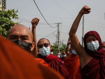 Varios monjes participan en una protesta contra la junta militar birmana, en la ciudad de Mandalay, la segunda de Myanmar, el pasado martes.