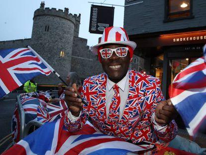 Un hombre celebra la boda de Eugenia de York y Jack Brooksbank en los alrededores del palacio de Windsor.