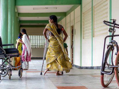 Una chica que padece parálisis a consecuencia de la polio pasea con sus muletas por un centro de formación profesional para mujeres pobres y con discapacidad de la Fundación Vicente Ferrer en Anantapur, India.