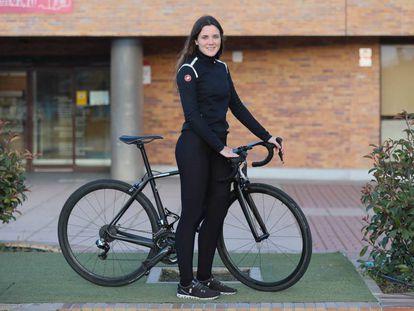 Adriana San Roman, campeona de España de ciclismo en pista con su bicicleta de carretera posando en su pueblo natal, Valdemorillo.