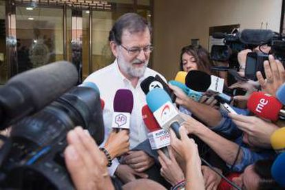 Mariano Rajoy antes de entrar a trabajar en Santa Pola.