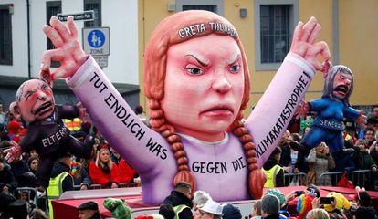 Figura que representa a la activista sueca Greta Thunberg durante el desfile de Rosenmontag.