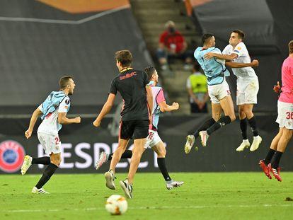 Los jugadores del Sevilla celebran su victoria ante el Manchester United y el pase a la final de la Europa League el pasado 16 de agosto de 2020.