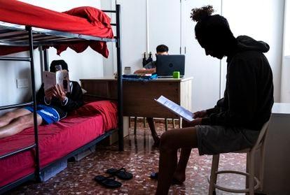Tres menores en una de las habitaciones de un piso tutelado en Valencia.
