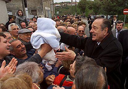 Jacques Chirac, ayer en campaña electoral en la localidad de Nontron, en el centro de Francia.