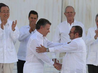El presidente de Colombia, Juan Manuel Santos y máximo líder de las FARC, Rodrigo Londoño Echeverri, alias 'Timochenko', se saludan tras firmar el acuerdo de paz, en la ciudad de Cartagena (Colombia).