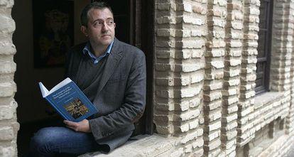 Luis Salas Almela con su libro en Córdoba.