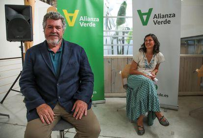 El diputado de Unidas Podemos Juan López de Uralde y la exparlamentaria de Andalucía Carmen Molina, este jueves en Madrid.