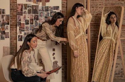 Las diseñadoras de Maksu, Gabrielle Vivanco y Virginia Olaso prueban un vestido a la modelo Malena Lite en su tienda, en Madrid.