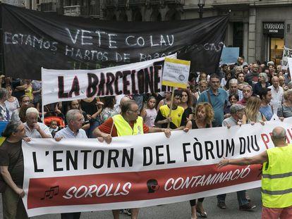 Manifestantes subiendo la Via Laietana