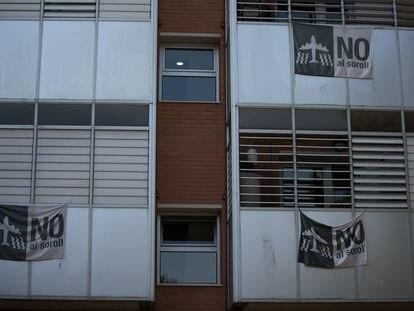 Pancartas contra el ruido producido por los aviones en un bloque de apartamentos.