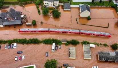 Un tren regional atrapado por las aguas en la estación de Kordel, este jueves.