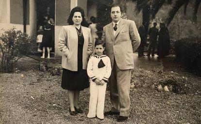 Leguineche, con sus padres Rosita y Manuel, el día de su primera comunión en el caserío de Belendiz (Vizcaya).