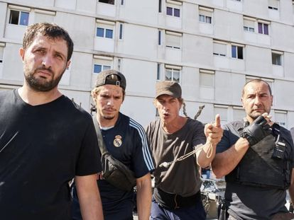 De izquierda a derecha, Karim Leklou, François Civil, el director Cédric Jimenez y Gilles Lellouche, durante el rodaje de 'BAC Nord'.
