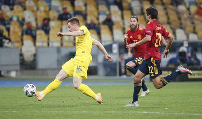 Tsygankov marca el gol del triunfo de Ucrania ante España ante la mirada de Navas y Ramos
