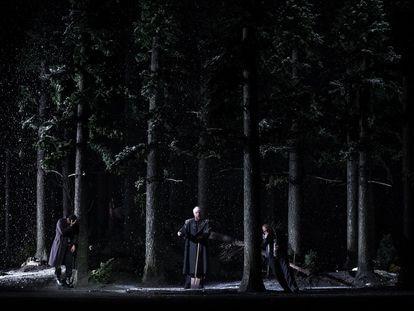 Escena final de la ópera, en la que el Comendador se convierte en el enterrador de Don Giovanni. En el vídeo, el comienzo del famoso dúo 'Là ci darem la mano' de Don Giovanni y Zerlina en el primer acto de la ópera.