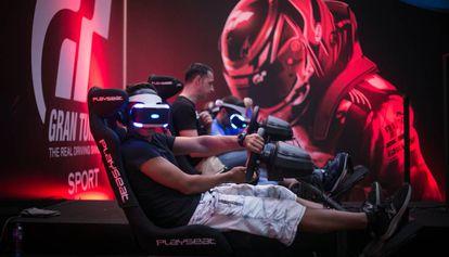 Un visitante prueba uno de los videojuegos del Barcelona Games World.